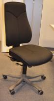 Kontorstol: Kinnarps Synchrone 8000 i sort, høy Y-rygg, uten armlene, pent brukt
