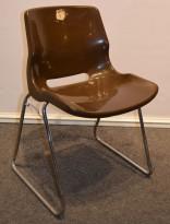 Overman vintage plaststol / skallstol / stablestol i brunt/krom, Design: Svante Schöblom, brukt