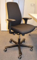Kontorstol: Kinnarps 5000-serie NYTRUKKET i sort stoff, pent brukt
