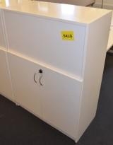 Skap med dører i hvitt, øverste permhøyden er åpen og snudd mot bakside, fint mellom pultrekker, pent brukt