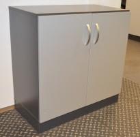 Duba B8 Expect reol med dører,  mørkegrå / grå, 2H, 80cm bredde, 82cm høyde, pent brukt