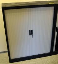 Stålskap i sort med skyvedørssjalusi i plast, 100cm bredde, 120cm høyde, pent brukt