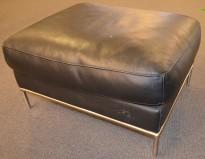 Puff i sort skinn med ben i stål fra IKEA, 80x60cm, høyde 40cm, pent brukt