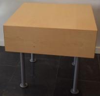 Lite, kvadratisk loungebord i bjerk / grålakkert metall fra Klaessons, 49x49x45cm, pent brukt
