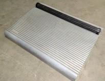 Fotskammel i grå plast, med rulle for fotmassasje, pent brukt