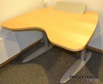 Skrivebord fra Duba-B8 i bjerk, med el. hevsenk, 130cm bredde, pent brukt, KUPPVARE