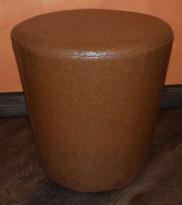 Puff / sittemøbel i lys brun flettet kunstskinn, Ø=46cm H=45cm, pent brukt