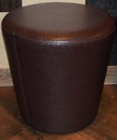 Puff / sittemøbel i mørkebrunt, flettet kunstskinn, Ø=46cm H=45cm, pent brukt