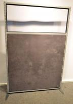 Skillevegg i grått stoff med glasstopp, bredde 123cm, høyde 181, pent brukt