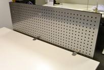 Bordskillevegg i grålakkert metall, 130x55cm, pent brukt
