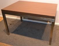 Pent loungebord i mørk brun med krom ben, 99,5x70cm, pent brukt
