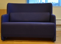 2 seter sofa i blått stoff med ben i krom fra Lammhults, bredde 118cm, pent brukt