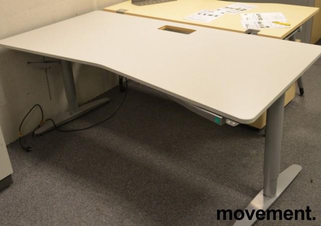 Skrivebord fra Martela med elektrisk hevsenk, lys grå, 180x90cm, pent brukt bilde 1