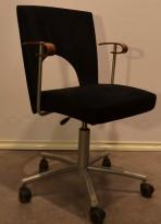 Kinnarps møteromsstol på hjul i sort mikrofiber med kirsebær armlene, pent brukt