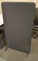 Lekker lyddempende skillevegg i mørkt grått stoff, 80x137cm, pent brukt