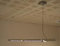 Pendelarmatur / lyslist med wireoppheng, 2x14w lysstoffrør(tynne), 151,5 cm bredde, pent brukt