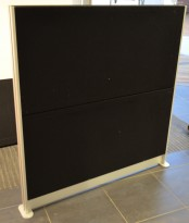 Frittstående skillevegg i lyddempende materiale, sort stoff, 122x128cm, pent brukt