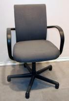 Konferansestol fra Vitra, modell AC1, Design: Antonio Citterio, i grått stoff, pent brukt