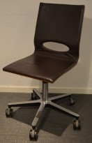 ISKU Minus konferansestol / møteromsstol i brunt skinn / brunbeiset tre med hjul, pent brukt