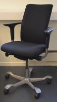 HÅG H05 5600 i sort stoff, swingback-armlene, pent brukt