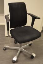 HÅG H05 5300 kontorstol i sort mikrofiber, swingback armlene, pent brukt, KUPPVARE