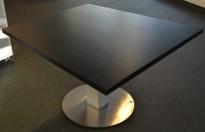 Møtebord / konferansebord i sort fra ForaForm, 120x120cm, 4-6personer, pent brukt