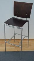 Barkrakk / barstol i brunbeiset tre med understell i grått, sittehøyde 77cm, pent brukt