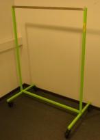 Klesstativ på hjul i grønt, bredde 107cm, høyde 142cm, pent brukt