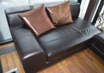 2-seter sofa / sjeselong fra IKEA i brunt skinn, pent brukt