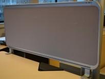 Bordskillevegg i aluminium / grått stoff, 90x42cm, pent brukt