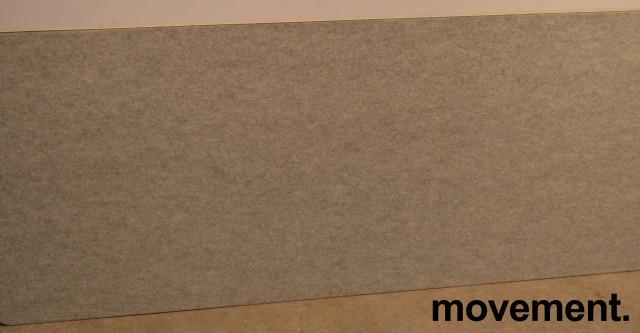 Bordskillevegg / bordskjerm i grått, melert stoff, kant i alu, 170x70cm, pent brukt bilde 1