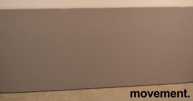 Bordskillevegg / bordskjerm i grått stoff, 150x66cm, pent brukt bilde 1