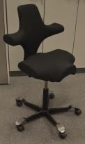 Ergonomisk kontorstol Håg Capisco 8106 nytrukket i sort stoff, 69cm sittehøyde, NYTRUKKET / pent brukt