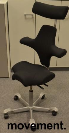 Ergonomisk kontorstol Håg Capisco 8106 med nakkepute nytrukket i sort stoff, 69cm sittehøyde, NYTRUKKET / pent brukt bilde 1