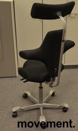 Ergonomisk kontorstol Håg Capisco 8106 med nakkepute nytrukket i sort stoff, 69cm sittehøyde, NYTRUKKET / pent brukt bilde 2