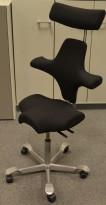 Ergonomisk kontorstol Håg Capisco 8106 med nakkepute nytrukket i sort stoff, 69cm sittehøyde, NYTRUKKET / pent brukt