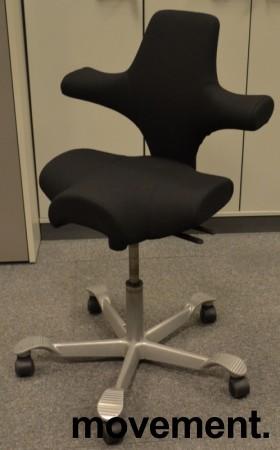 Ergonomisk kontorstol Håg Capisco 8106 nytrukket i sort stoff, 69cm sittehøyde, NYTRUKKET / pent brukt bilde 1