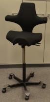 Ergonomisk kontorstol Håg Capisco 8106 nytrukket i sort stoff, 85cm sittehøyde / høy modell, NYTRUKKET / pent brukt