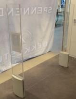 Alarmportal / alarmantenne Checkpoint Classic Style i hvit plast / plexi, høyde 155cm, alarmer følger med, pent brukt