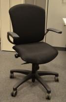 Savo Maxikon kontorstol i sort stoff, fotkryss i sort, armlene, pent brukt