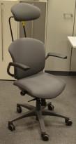 Savo Ikon kontorstol i grått stoff, nakkepute, fotkryss i sort, armlene, pent brukt