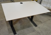 Skrivebord med elektrisk hevsenk, 120x80cm, hvit plate / sort understell, pent brukt