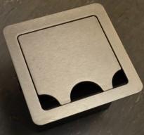 Kabelboks til møtebord fra Extron med 1 stk stikk i rustfritt stål, pent brukt