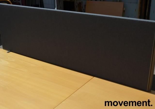 EFG Bordskillevegg i grått stoff for skrivebord, 160cm bredde, 48cm høyde, pent brukt bilde 1