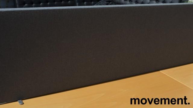 EFG Bordskillevegg i grått stoff for skrivebord, 160cm bredde, 48cm høyde, pent brukt bilde 2