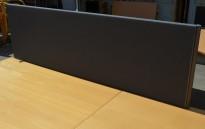 EFG Bordskillevegg i grått stoff for skrivebord, 160cm bredde, 48cm høyde, pent brukt