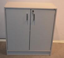 Skap med dører i lys grå fra Aarsland, 2 høyder, bredde 80cm, høyde 88cm, pent brukt