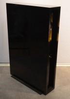 Tårnskap med 2 skuffer for småoppbevaring i sort høyglans fra Ragnars, bredde 21cm, høyde 120cm, dybde 80cm, pent brukt