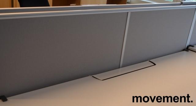 Kinnarps bordskillevegg i grått stoff, 180x65cm, pent brukt bilde 1