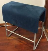 Materia Plint barkrakk i mørk blå mikrofiber, sittehøyde 64cm, bredde 58cm, pent brukt
